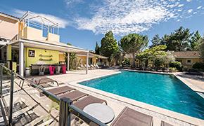 Bain de soleil dans ce mas provençal***